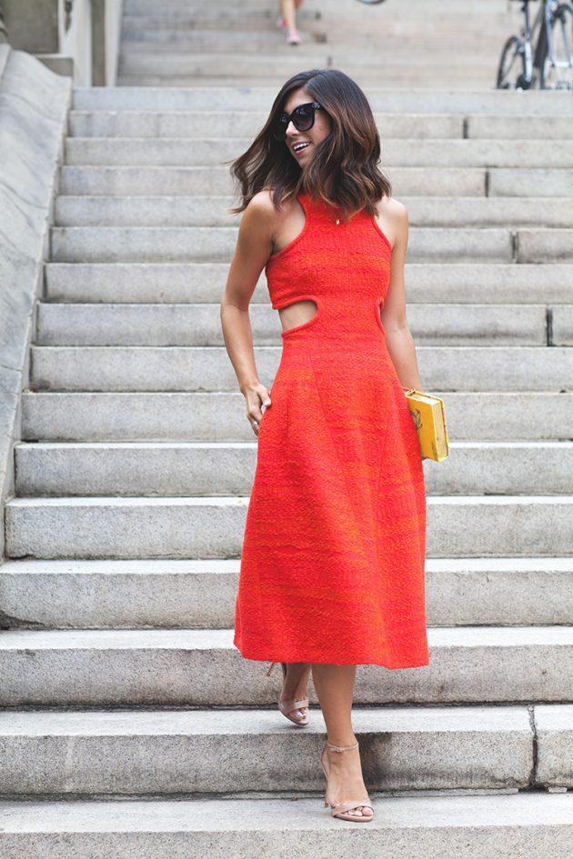 На фото: платье с вырезом по бокам - тренд сезона.