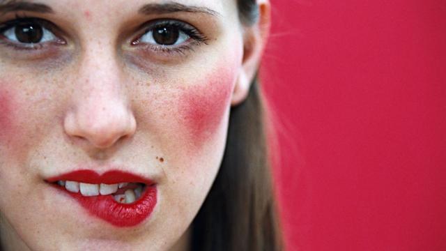 Ошибки в макияже, которые старят - румяна в виде отдельных пятен на лице.