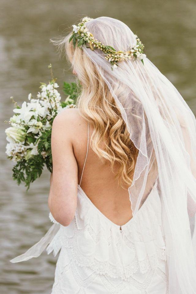 На фото: свадебные прически с длинной фатой.