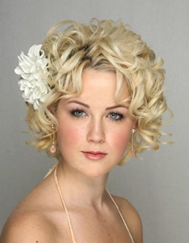 На фото: свадебная прическа с короткими волосами с цветком в волосах.