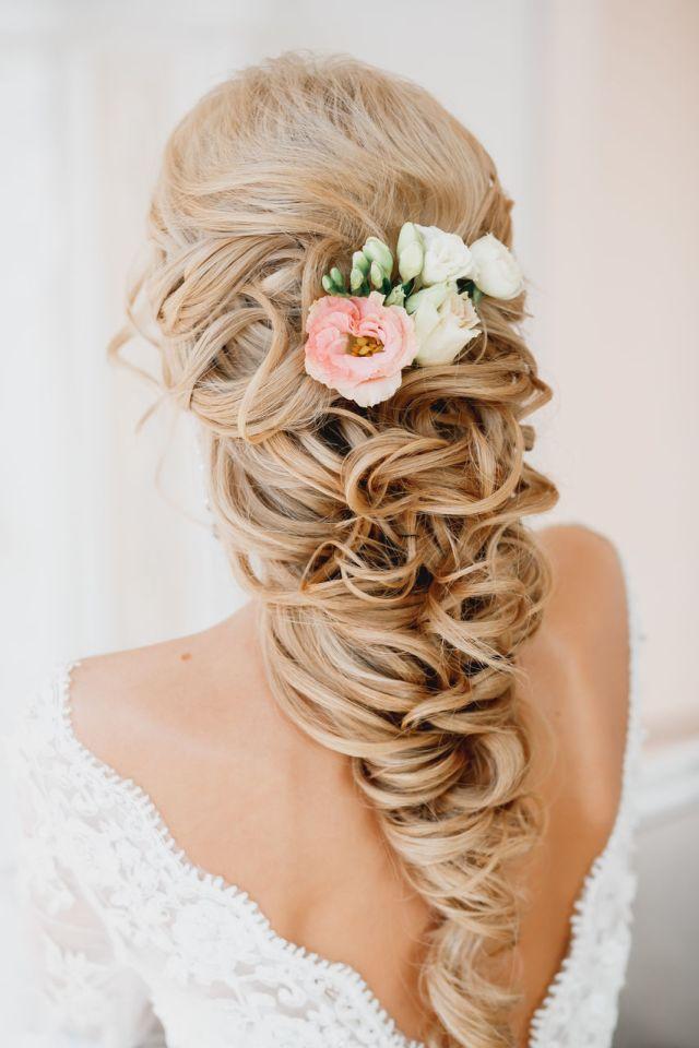 На фото: свадебные прически на длинные волосы: небрежно заплетенные в косы