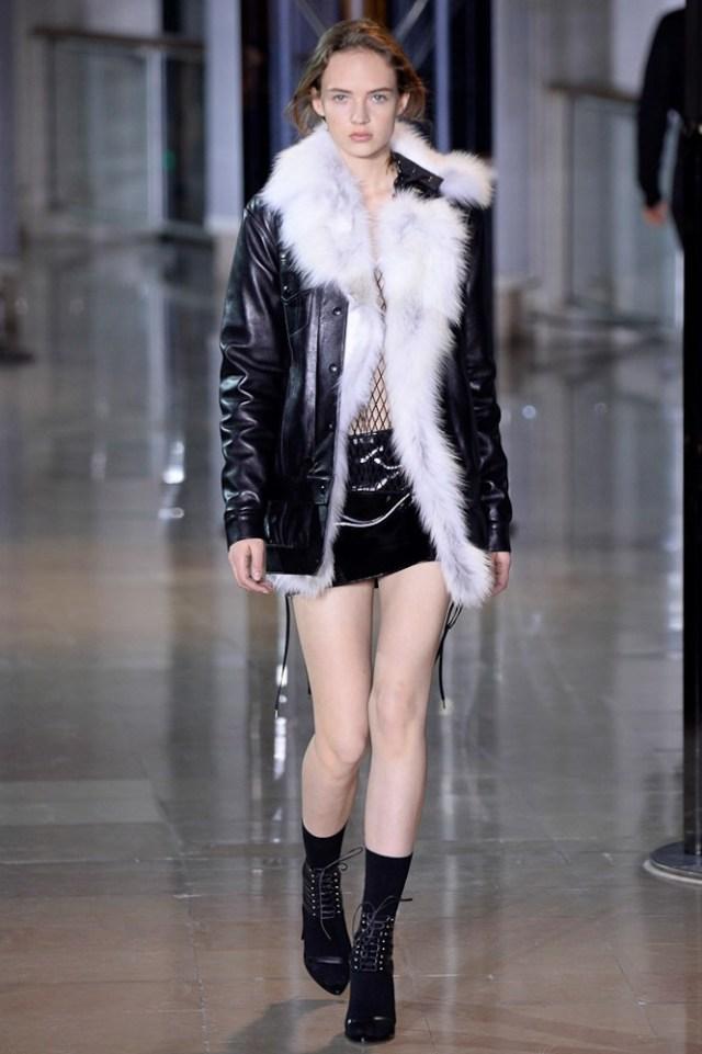 На фото: куртка из кожи осень-зима 2016-2017 из коллекции Anthony Vaccarello.