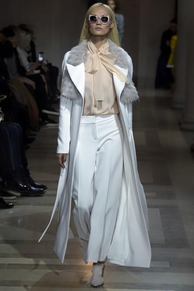 На фото: модное светлое длинное пальто осень-зима 2016-2017 из коллекции Carolina Herrera.