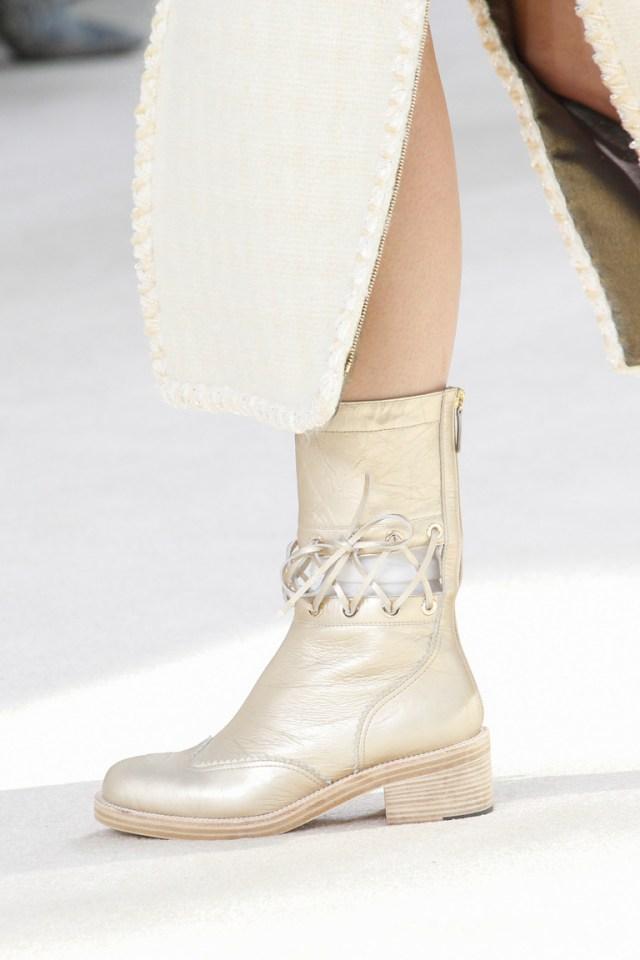 На фото: иодные сапоги без каблуков – тренд осени 2016 и зимы 2017 из коллекции Chanel.