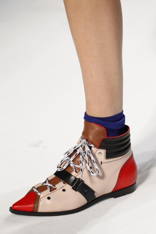 На фото: обувь осень-зима 2016-2017: варианты шнуровки из коллекции Emilio-Pucci.