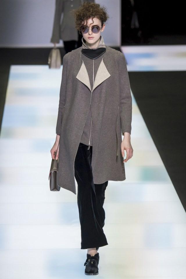 На фото: модное пальто осень-зима 2016-2017 из коллекции Giorgio Armani.
