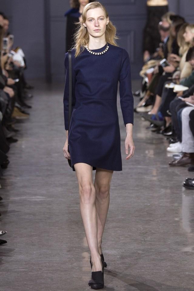 Совершенно обычное строгое платье. Отличный вариант для дресс-кода. Фото новинки моды 2017 в коллекции Jason Wu
