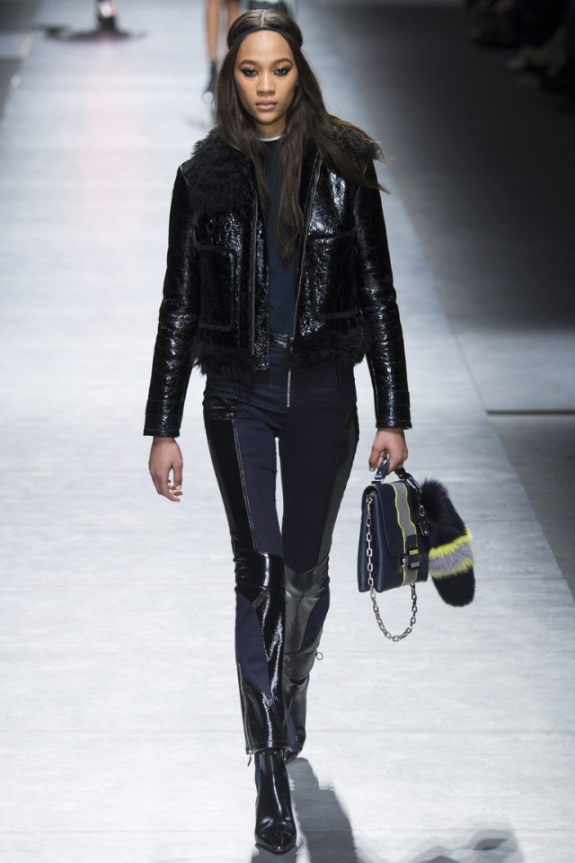 На фто: укороченные куртки осень-зима 2016-2017 из коллекции Versace.