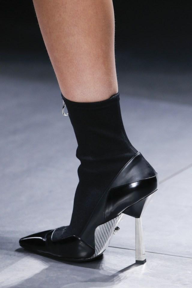 На фото: блестящие детали и металлическая кожа Актуальная обувь сезона осень/зима 2017 из коллекции Versace.