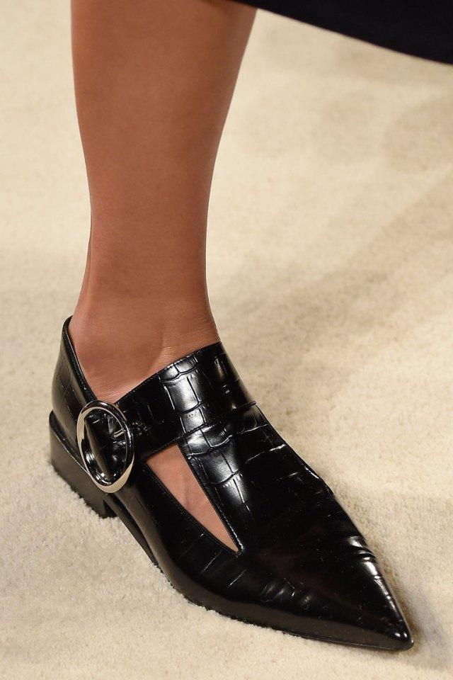 На фото: обувь осень-зима 2016-2017: разнообразные пряжки из коллекции Victoria-Beckham.