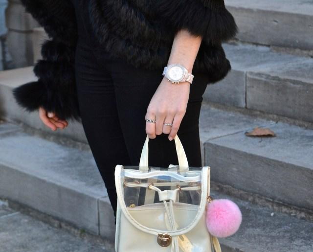 На фото: брелок из меха для сумки.