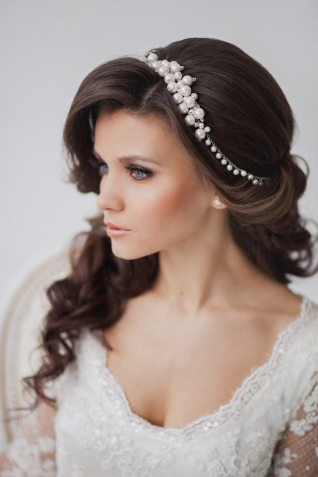 На фото: свадебная прическа с крпными локонами и украшениями в виде ободка