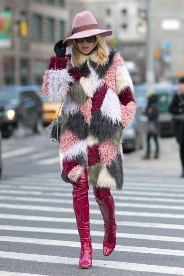 На фото: высокие ботфорты уличной моды осень-зима 2016-2017.