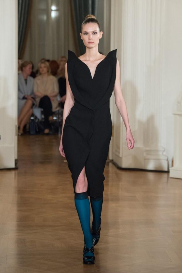 На фото: яркие новинки сезона - платье с кружевным воротником из коллекции Chapurin.