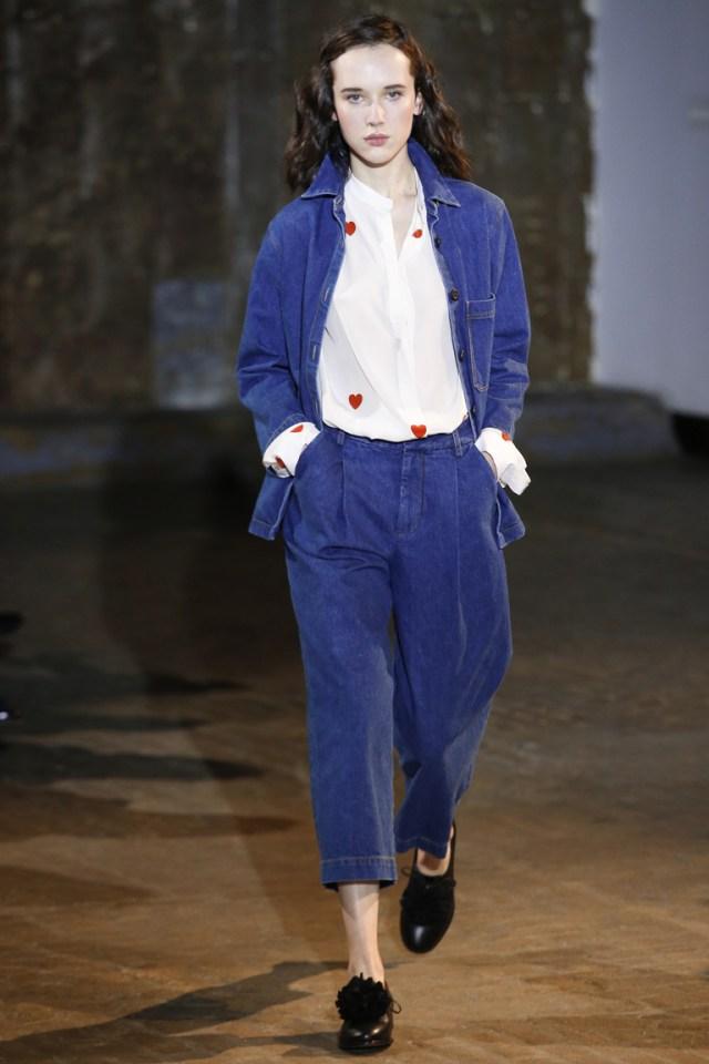 Модные мешковатые джинсы 2017 с укороченной длиной и джинсовым пиджаком - фото из коллекции Creatures of Comfort
