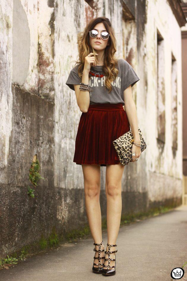 На фото: бархатная юбка в сочетании с с футболкой и босоножками.