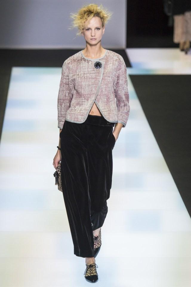 Короткие бархатные брюки 2017 из коллекции Giorgio Armani с укороченным пиджаком