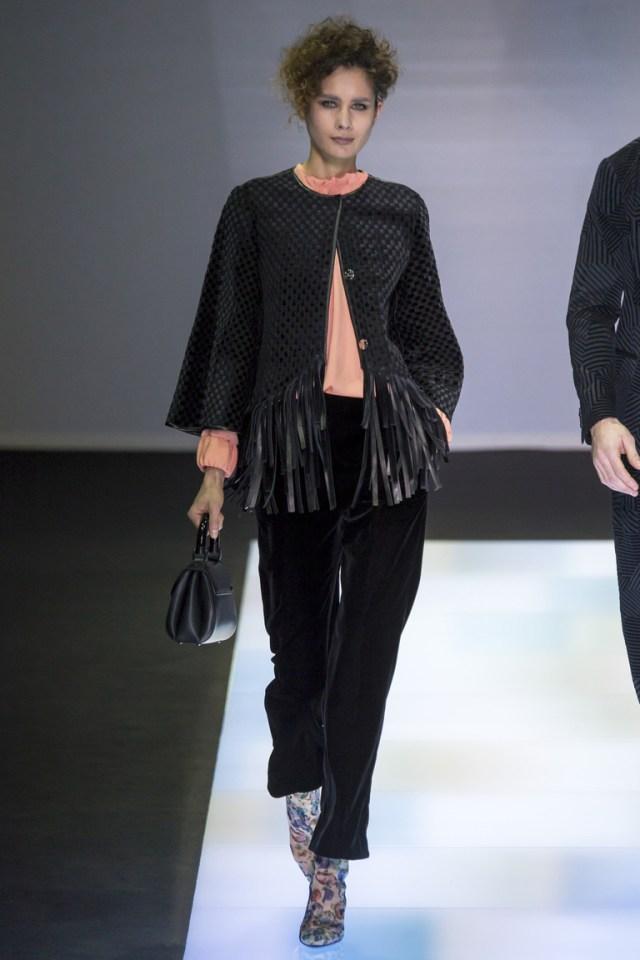 Модные короткие брюки 2017 года с курткой короткими рукавами и бахрамой - фото новинка в коллекции Giorgio Armani