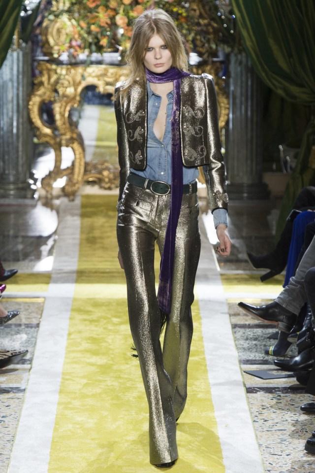 Модные блестящие женские брюки 2017 с коротким пиджаком из коллекции Roberto Cavalli