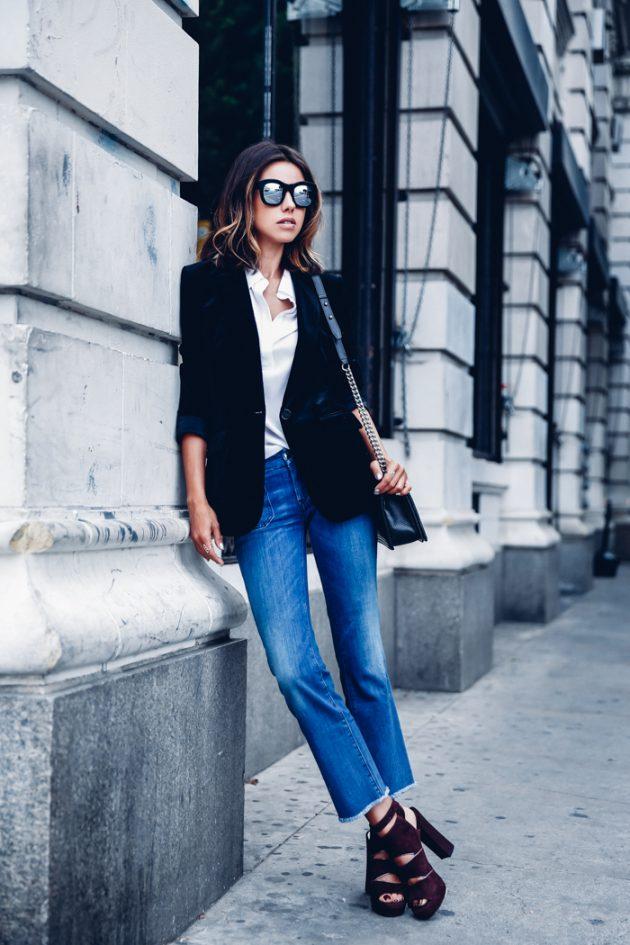 На фото: бархатные черные босоножки на высоком каблуке в сочетании с джинсами и черным пиджаком.