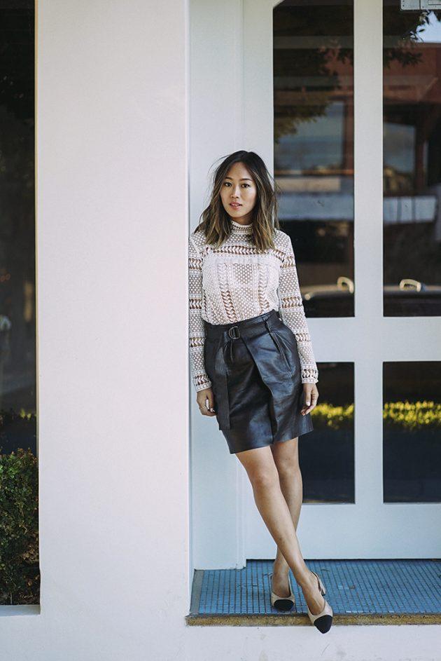 На фото: короткая черная кожаная юбка карандаш со светлой блузой.