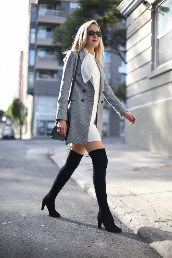 На фото:.замшевые сапоги ботфрты с коротким платьем.