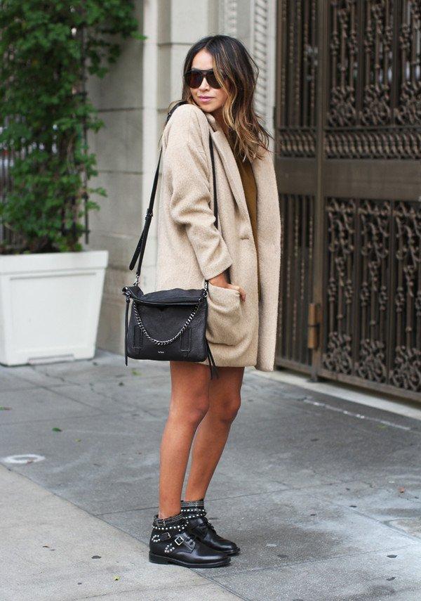 На фото: новыйобразыс модной осенней обувью – черные ботильоны с коротким пальто.
