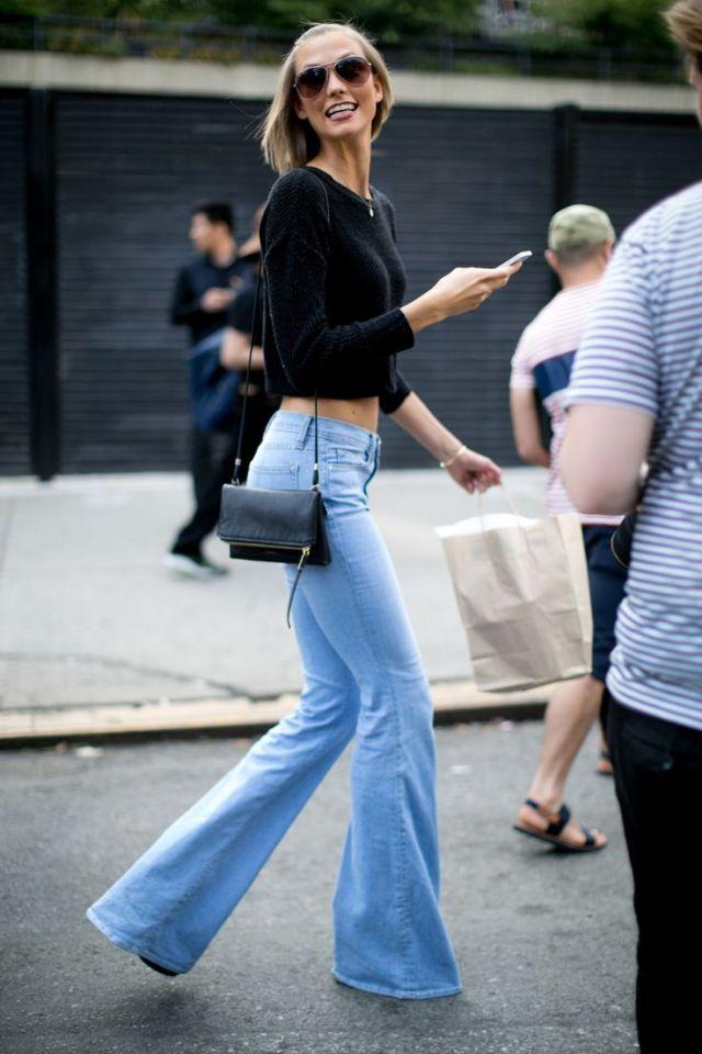 Голубые модные джинсы клеш 2017 с черной короткой кофточкой - фото новинки уличной моды