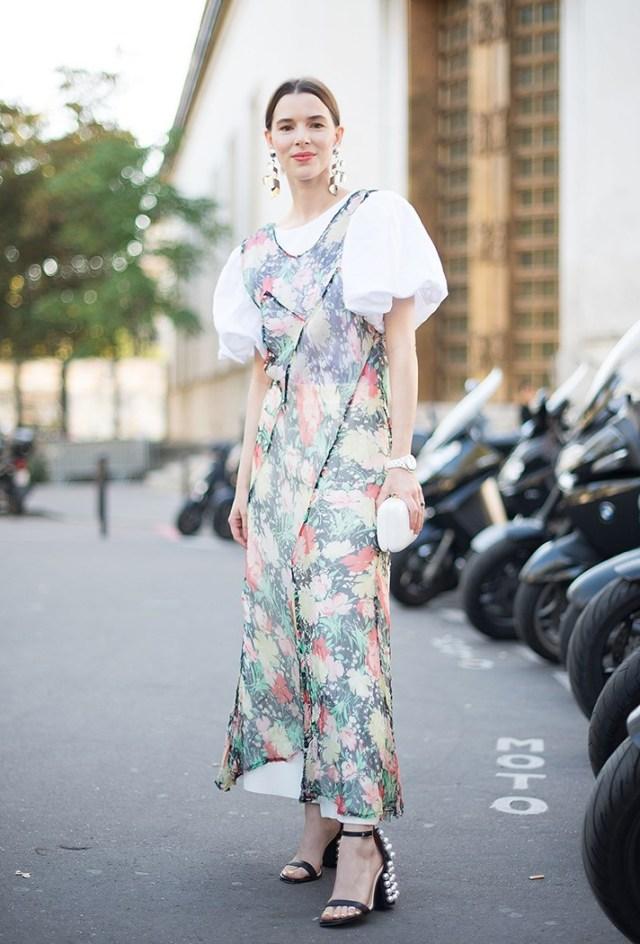 Яркий принт модного платья - фото