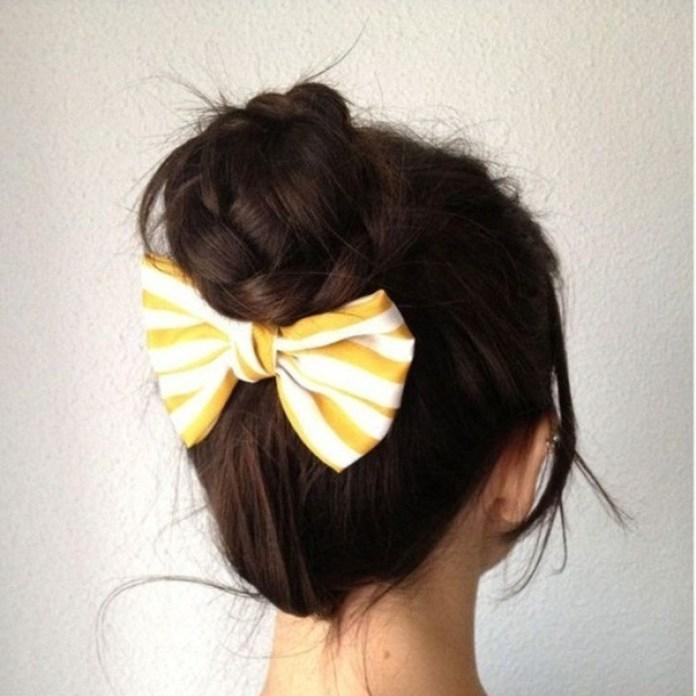 На фото: высокая причёска с использование резинки.