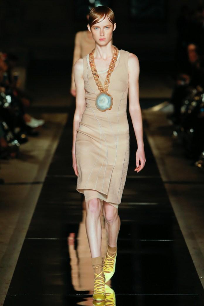 Модное короткое платье бежевого цвета, модель 2017 года из коллекции Givenchy