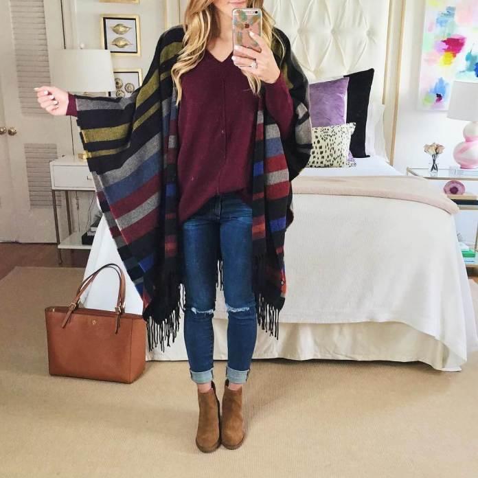 На фото: Casual стиль - кофта бордового цвета, синии рваные джинсы,светлые ботильоны и больной шарф в разноцветную полоску.