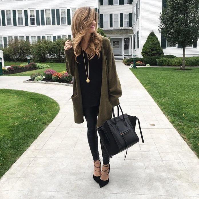 На фото: Casual стиль - кардиган оверсайз болотного цвета, черные кофта, джинсы ,туфли с ремешками.