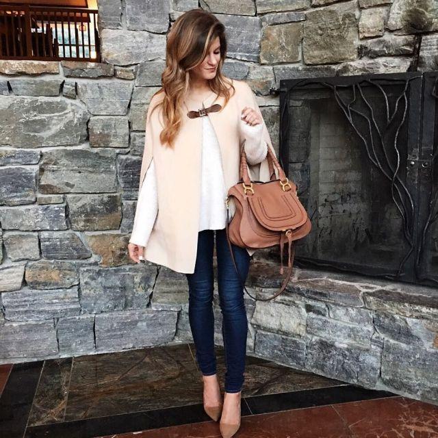На фото: Casual стиль - белая кофта с жилетом, джинсами и туфлями.
