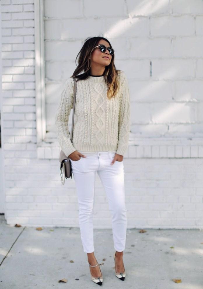 Модный бежевый свитер 2017 с белыми брюками