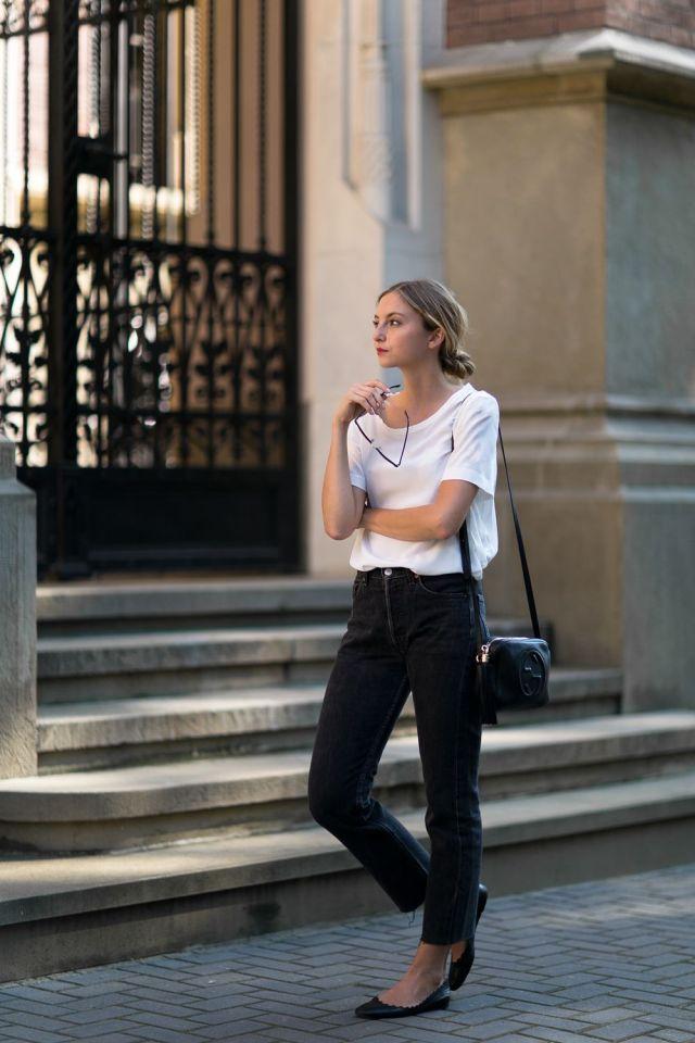 На фото: новый крутой лук на каждый день - белая блузка с черными брюками.