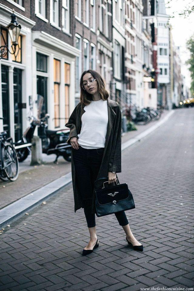 На фото: новый крутой лук на каждый день - черная куртка с белой блузкой и черной юбкой и серыми сапогами.