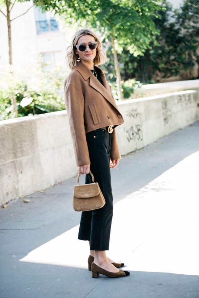 На фото: новый стильный образ - укороченная куртка с черными брюками капри