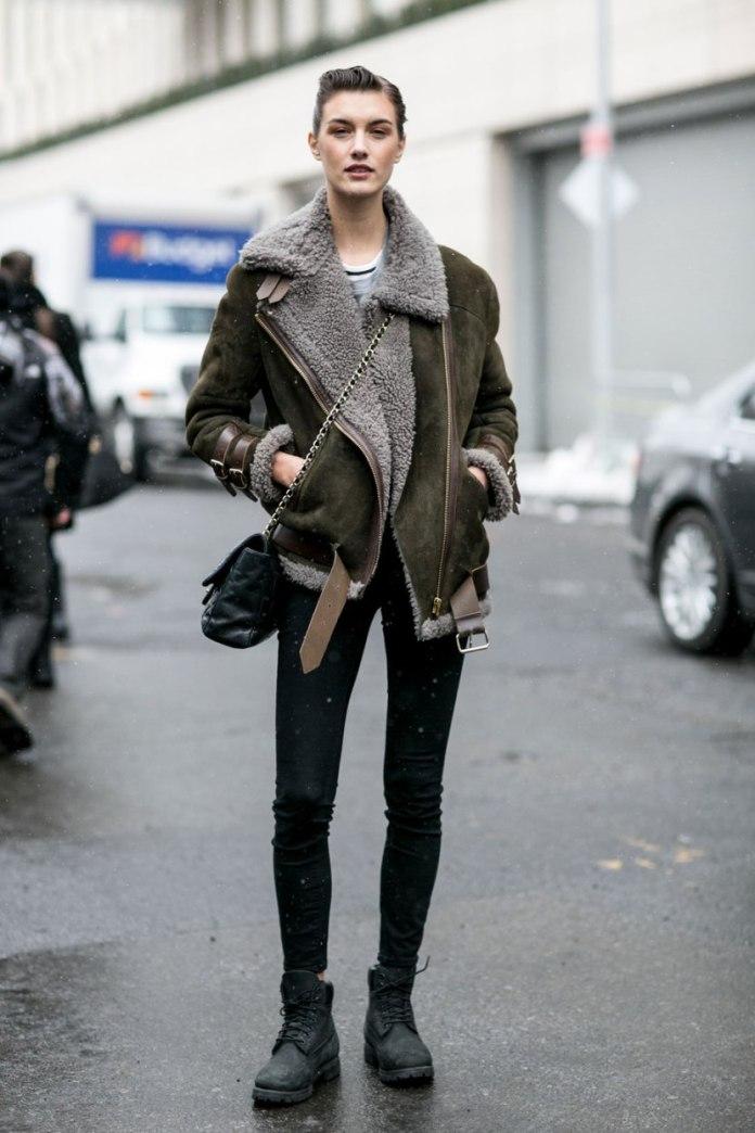 С чем носить куртку в 2017 году? Куртка дубленка с черными брюками