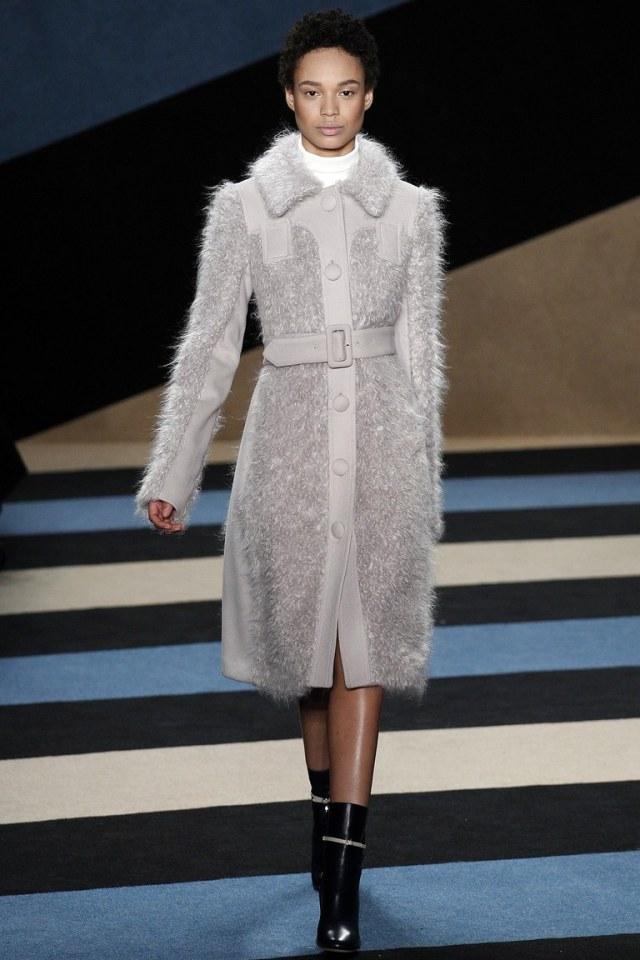 Светло серый вязаный модный кардиган 2017 с удлиненными рукавами фото обзор коллекции Derek-Lam