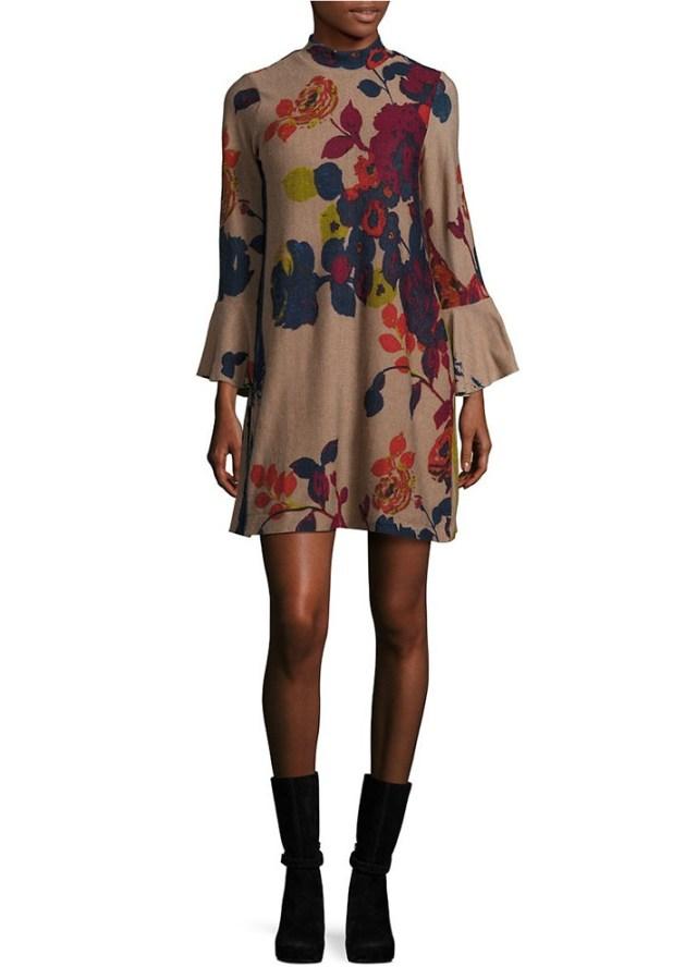 На фото: короткое платье с принтом с расклешенными