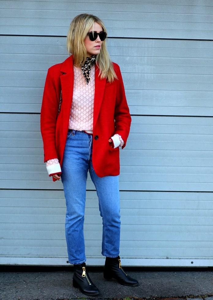 Красное укороченное пальто в сочетании с джинсами - модные вещи декабря.