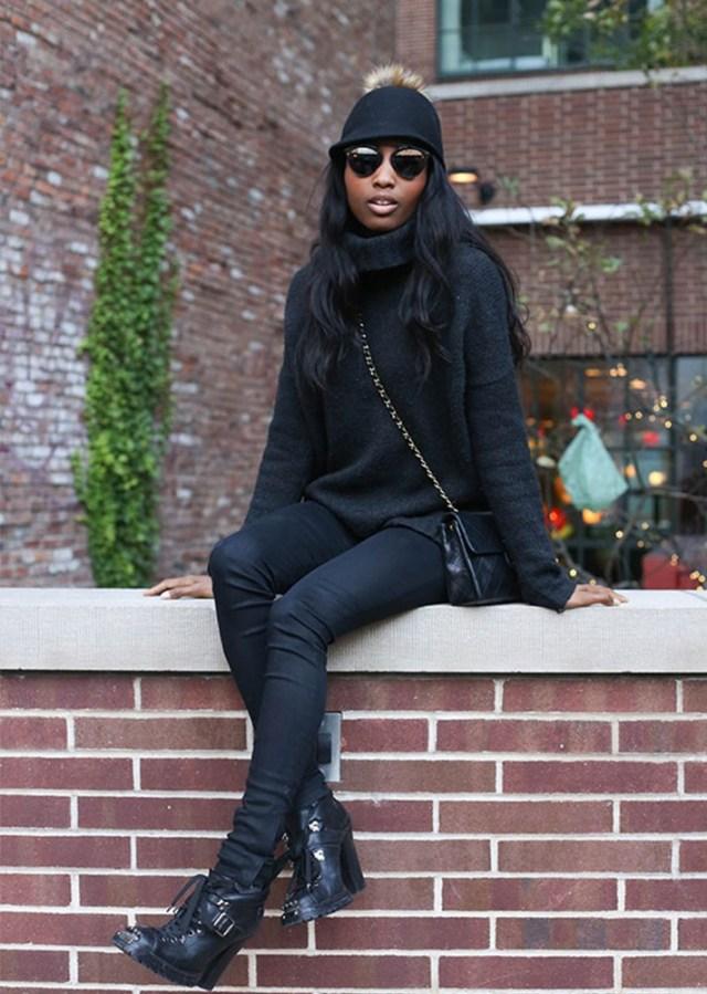 Объёмный, удлинённый черный свитер с черными джинсами.