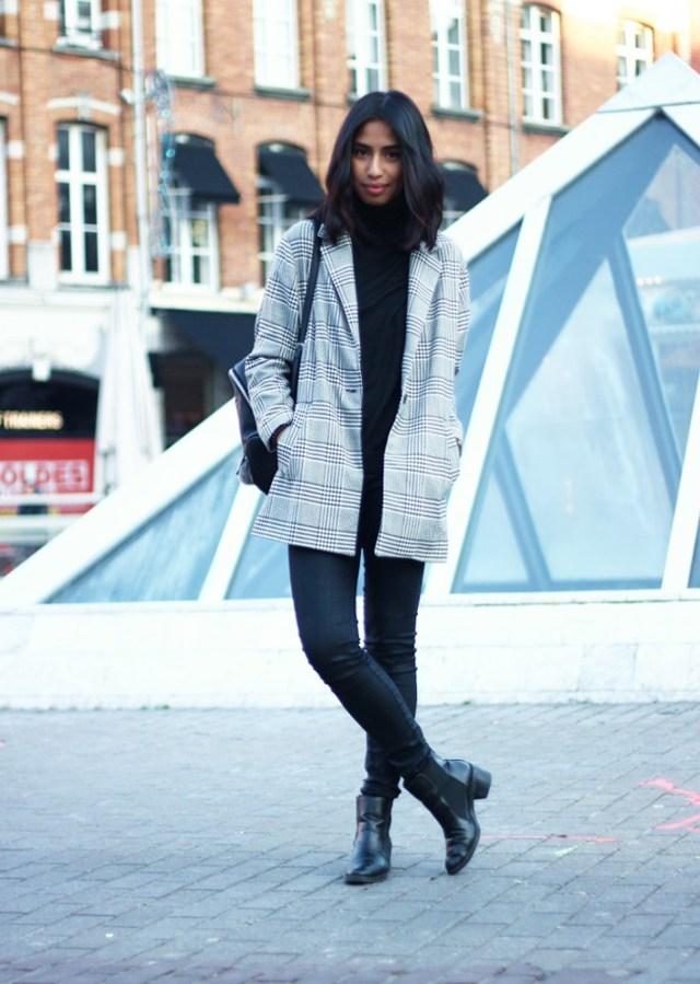 Светлое  укороченное пальто с черными джинсами и ботильонами - модные вещи декабря.