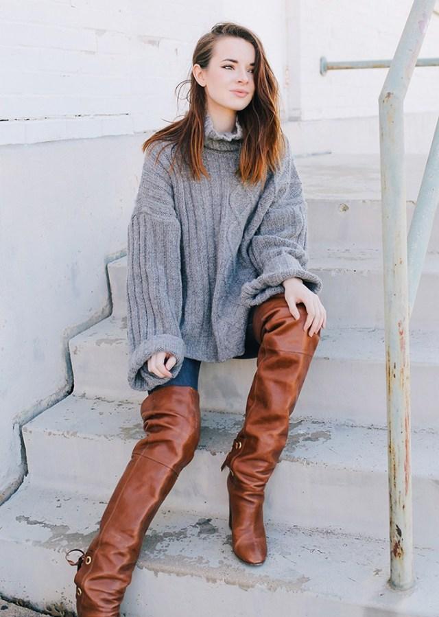 Объёмный, удлинённый свитер грубой вязки.с джинсами сапогами ботфортами..
