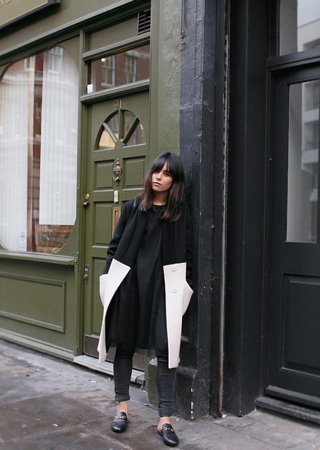 Модные вещи декабря - черно белое пальто в сочетании с черными узкими джинсами и ботильонами.