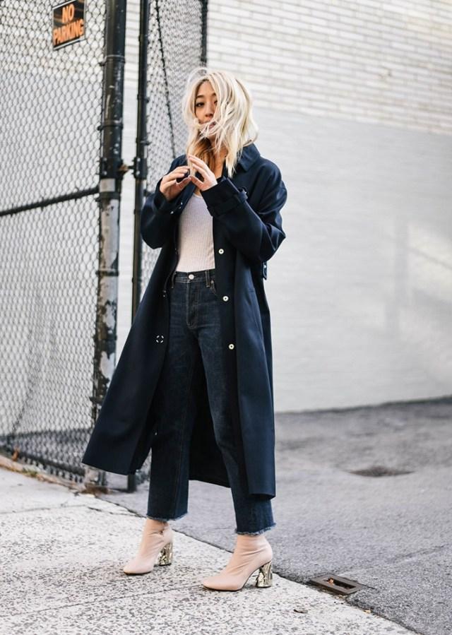 Модные вещи декабря - черное пальто в сочетании с черными  укороченными брюками светлыми ботильонами.