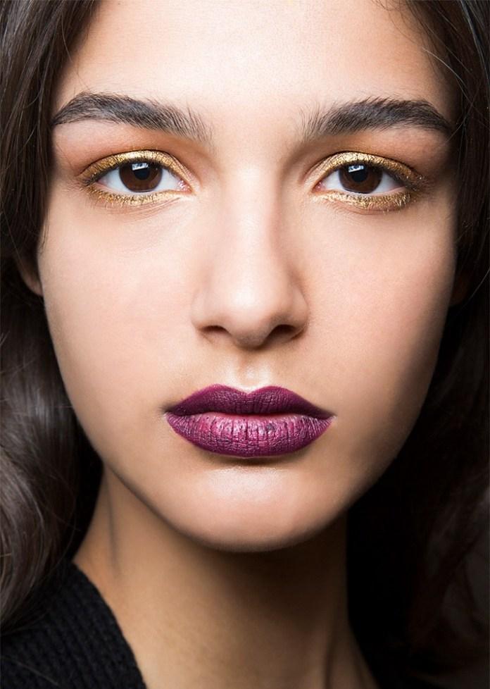 Макияж 2017 с золотистыми тенями и фиолетовой помадой