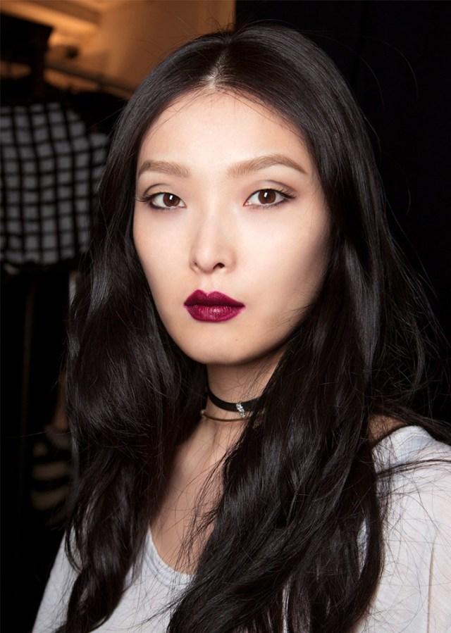 Бордовая помада в модном вечернем макияже 2017