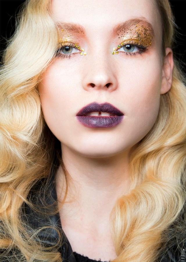 Вечерний макияж 2017 с фиолетовой помадой и желтыми блестками на глазах